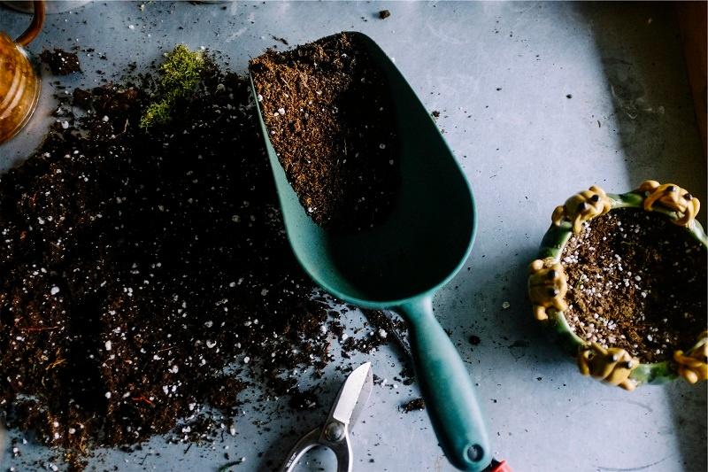 gardening soil pot spade sm.jpg